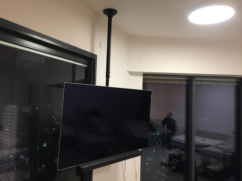 מתקין טלוויזיה מהתקרה